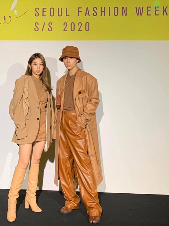Khổng Tú Quỳnh và Kelbin ăn mặc đồng điệu về màu sắc lẫn phong cách khi đi xem thời trang tại Hàn Quốc
