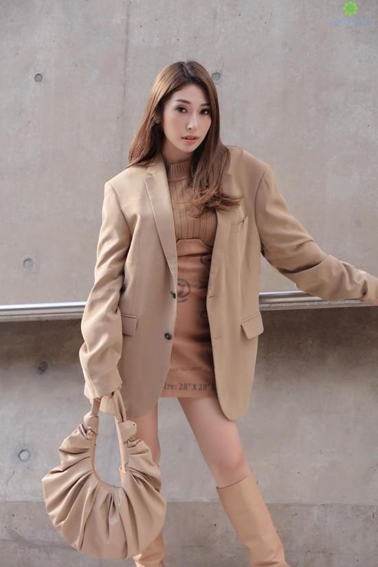Tông nude, màu beige được phối hợp một cách nhuần nhuyễn trên set đồ gồm áo blazer dáng rộng, váy da phối áo len cổ lọ, bốt cao cổ và túi đeo vai cho Khổng Tú Quỳnh