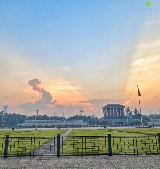 Một bức ảnh được chụp tại quảng trường Ba Đình, khu vực trước lăng Bác. Ở góc chụp này, đám mây có hình thù đầy kì diệu với dáng vẻ của một con rồng đang bay lên. Bên cạnh đó, ánh sáng từ đằng sau lăng Bác càng khiến dân mạng trầm trồ. Ảnh: MXH