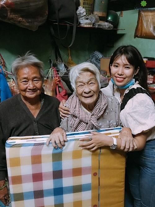 Khi đi thiện nguyện, mọi người đều giúp đỡ nhiệt tình, đi đến nơi nào cũng được quý mến.