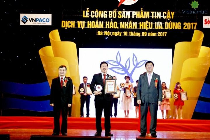 Ông Đoàn Khắc Chiến (Đứng giữa) – Đại diện Công ty TNHH Vietsingworks Vinh dự nhận chứng nhận do BTC trao tặng.