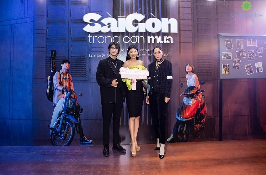"""Diễn viên Như Mây (áo vàng) trong buổi ra mắt phim """"Sài Gòn trong cơn mưa"""""""