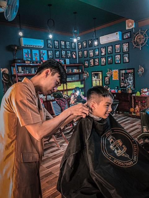 Barber tại cửa hàng đang thực hiện công việc