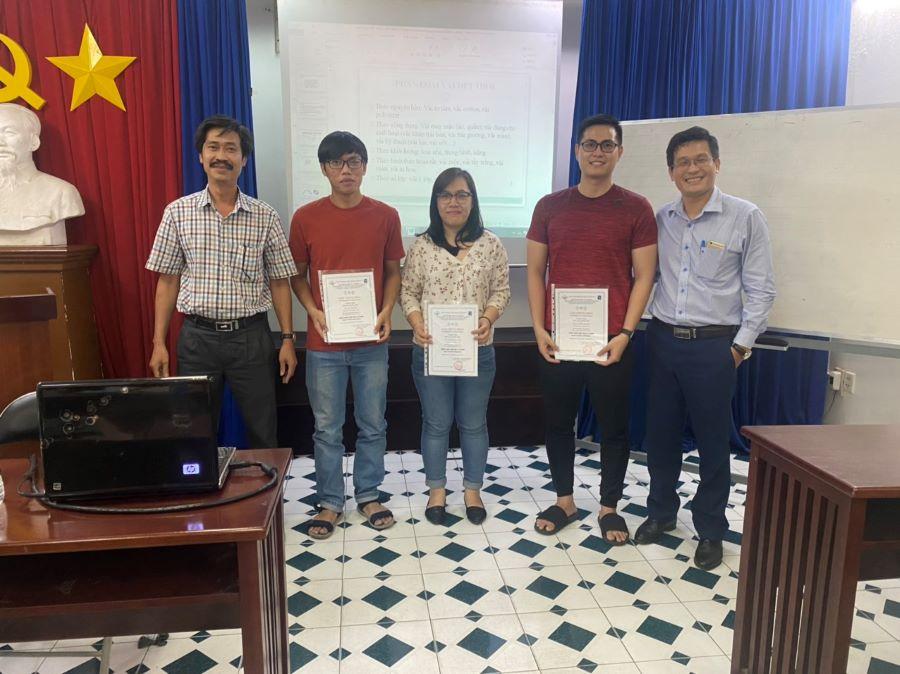 Đại diện Viện nghiên cứu dệt may TPHCM trao chứng nhận cho các học viên