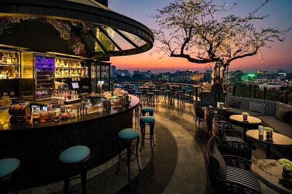 Đứng ở vị trí thứ 3 của danh sách khách sạn có tầng thượng đẹp là La Sinfonia del Rey, khách sạn boutique sang trọng đầu tiên thuộc tập đoàn La Sinfonia tại Việt Nam. Nhiều du khách rất ấn tượng với tầng thượng và quầy bar ở khách sạn trên phố Hàng Dầu này. Ảnh: Agoda