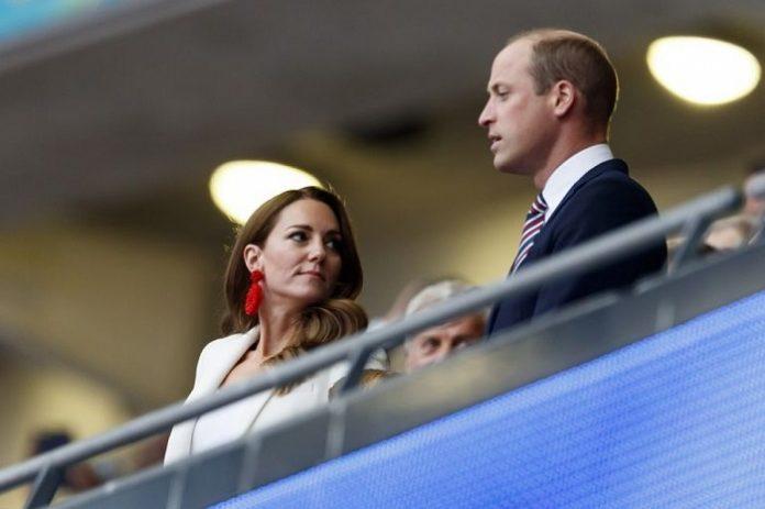Nữ công tước xứ Cambrigde nổi bật trên khán đài với bộ suit lịch sự và trang nhã.