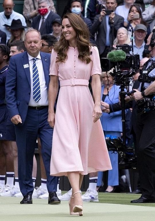 Công nương Kate xuất hiện ngọt ngào, thân thiện trong bộ váy màu hồng phấn của Beulah