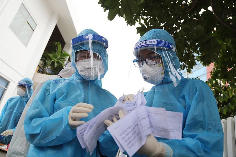 Các nhân viên y tế thực hiện công tác lấy mẫu tại TPHCM - Nguồn ảnh: Báo Pháp Luật
